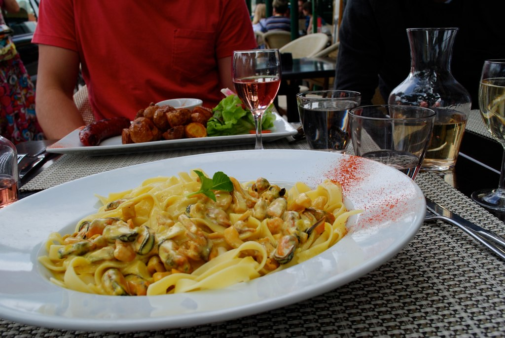 seafood tagliatelle, plat du jour avec vin blanc.