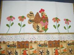 Viso geral do pano....lindoooo (Pannuchik - Patchwork) Tags: cozinha galinhas aplicao botes vis tecidinhos rendadealgodo patchcolagem galinhadeangola panodeprato panodecopa