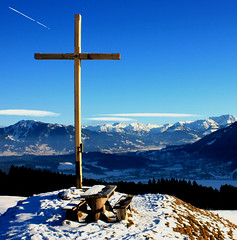 Top of a mountain - La cruz - Gipfelkreuz (alles-schlumpf) Tags: blue schnee winter sky mountain snow clouds germany bayern deutschland bavaria photo heaven contrail foto top picture himmel wolken bank pic berge kreuz cruz blau bild flugzeug landschaft wandern wanderer wanderung allgu kondensstreifen alpsee gipfelkreuz condensationtrail gipfel immenstadt turningpoint reinholdmessner abigfave topofamountain berglandschaft rubyphotographer 100commentgroup groseralpsee siedelalp jugetalp umkehrpunkt