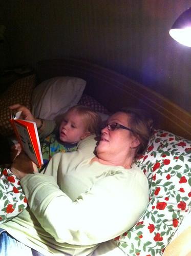 Mormor läser för Gusten
