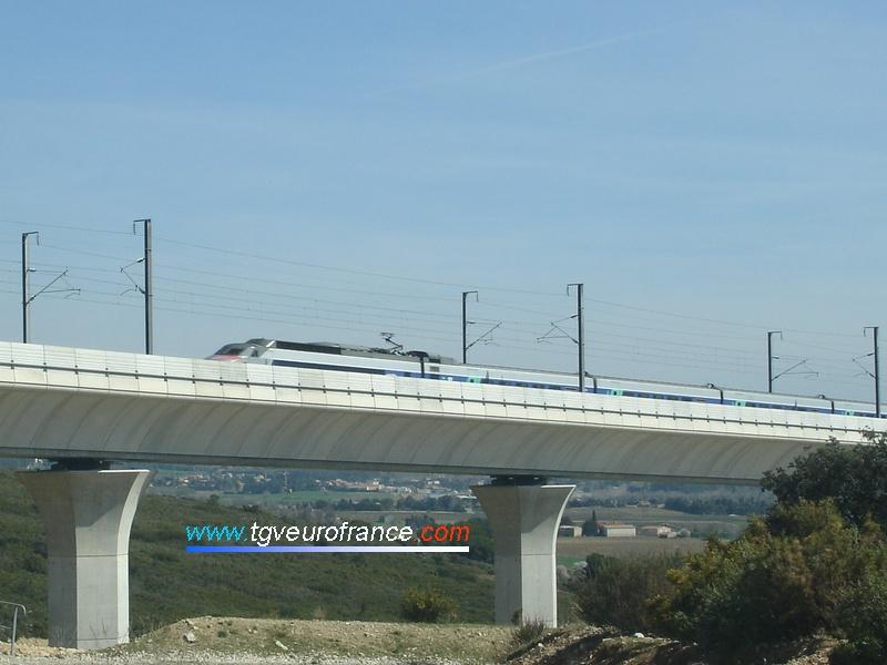 La rame TGV Sud-Est 16 avec son bandeau rouge commémorant le record du monde de vitesse de 1981 franchit le viaduc de Ventabren (Bouches-du-Rhône) le 26 mars 2006.