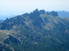 Sur le tracé jaune de Bocca di Chiralba/Alcudina: sur la crête, aiguilles de Bavella