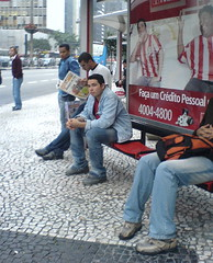 À espera do ônibus e se informado.