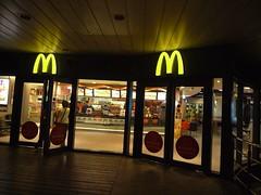 午夜前的小巨蛋麥當勞