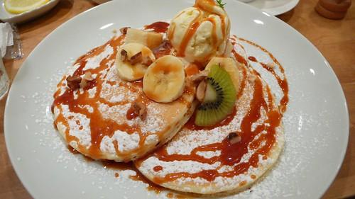 pancakes with salty caramel sauce