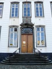 Bruxelles (Belgique), abbaye de la Cambre (Marie-Hlne Cingal) Tags: door brussels puerta belgium belgique belgie bruxelles porta porte brussel tr ixelles abbaye abbayedelacambre