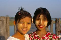 Alegria (apesar de...)/ Joy (in spite of...) (Lucille Kanzawa) Tags: girls portrait smile retrato burma makeup maquiagem myanmar sorriso burmese meninas mandalay amarapura ubeinbridge mianmar thanakha birmanesas lucillekanzawa pontedeubein antigabirmânia