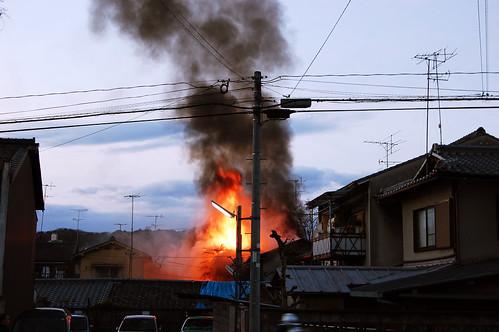 Les maisons voisines flambent aussi