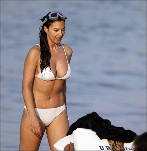 Monica Belllucci bikini playa