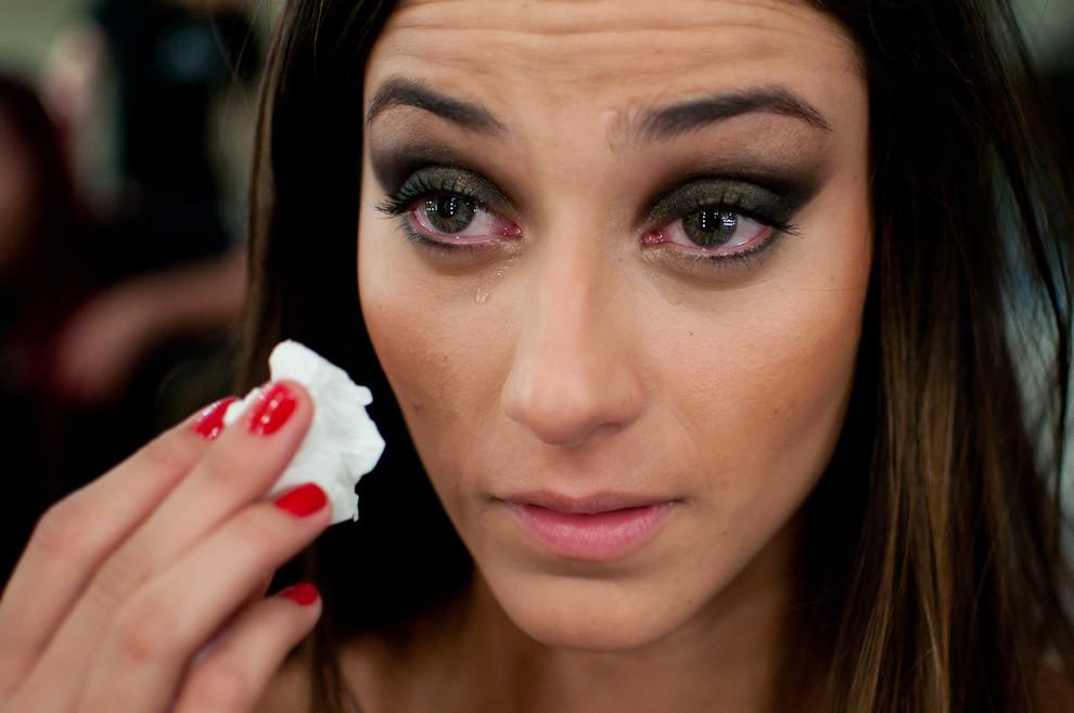 Carolina Quevedo intenta secar sus lagrimas luego de sufrir los efectos de los maquillajes durante la preparacion para el desfile de Ocre en el ultimo día del Paraguay Alta Moda. (Elton Núñez - Asunción, Paraguay)