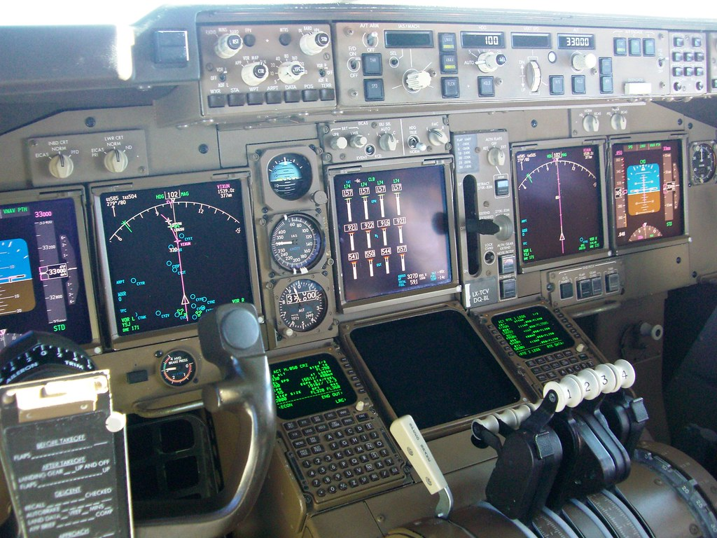 Boeing 747-400 flight deck (with notes)