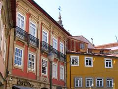 Guimaraes 10.jpg (Quique Lpez) Tags: portugal corner rincones guimaraes contrastes esquinas arquitecturaportuguesa
