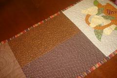 caminho de mesa (Mari BR) Tags: de quilt corao patch patchwork poa mesa caminho marrom cesta tecido pera trilho aplicao quiltado caseado