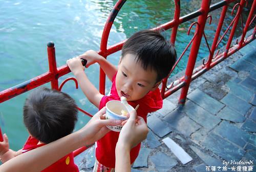 兩兄弟吃冰中