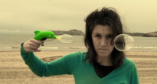 esquizofrénica con pistola I -- girl cantabria beach sea playa spain pistola arena milmillonesnet pelos alborotados gun