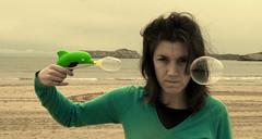 esquizofrénica con pistola I - by JorgeMiente.es