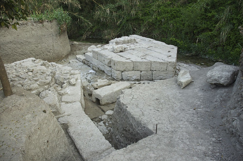 """Le """"pont-barrage"""" sur le Nahr ed-Delbé au sud du tell de Ras Shamra (fouilles Y. Calvet et B. Geyer)"""