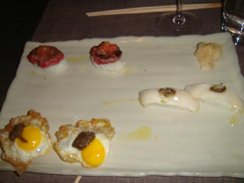 Nigiris de huevo de codorniz, pez mantequilla y hamburguesa