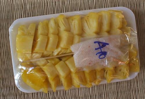 אננס מוכן לאכילה, עם שקיק סוכר מעורב בצילי וטיפת מלח