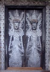 Hidden door (LeelooDallas) Tags: door wood bali indonesia landscape fuji dana carving finepix s9500 munduk iwachow danaiwachow