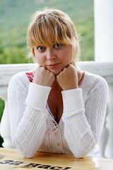 [フリー画像] [人物写真] [女性ポートレイト] [白人女性] [金髪/ブロンド] [頬杖/頬づえ]      [フリー素材]