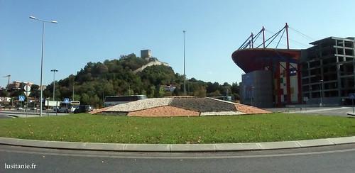 Ao lado do castelo medieval, um estádio ultra moderno...