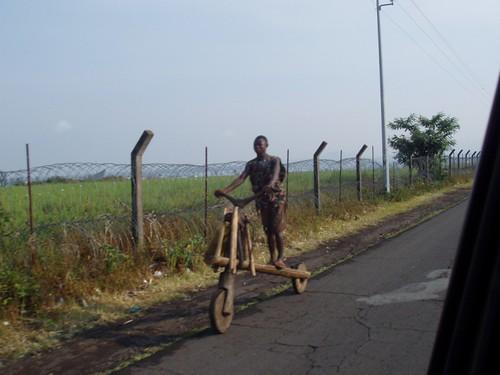 Прикол: африканец на деревянном велосипеде