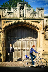 This is Oxford (Victoriano) Tags: england college colors girl gate europe close oxford society guardian bycicle society1 flogr cicler