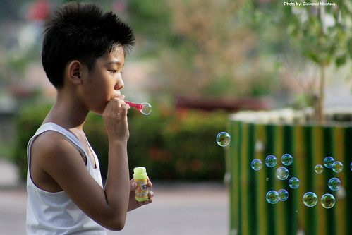 Luneta, Manila boy blowing bubbles toys  Buhay Pinoy Philippines Filipino Pilipino  people pictures photos life Philippinen  菲律宾  菲律賓  필리핀(공화국)