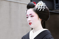 K O T O H A : Hassaku (mboogiedown) Tags: travel red summer white black beauty japan asian japanese kyoto asia traditional culture august maiko geiko geisha kimono gion tradition kansai hanamachi kotoha hassaku hanakanzashi oshiroi kagai kobu discoverkyoto kuromotsuki