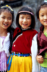 CHINA (BoazImages) Tags: life china girls smile topv111 fun colorful asia pretty joy tribal yunnan minority lijiang naxi documentry boazimages indoigenous