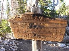 Trail marker at the Cramer Divide (9450&#39:)
