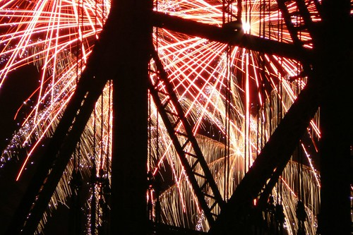 Fireworks -- fireworks 2007 oregon fourth fourthofjuly river bluesfestival wilamette red blues july waterfront