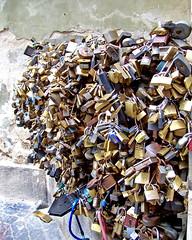 Szívembe zárlak / Lock you into my heart (ssshiny) Tags: love hungary lock pécs magyarország 230countrieshungary szerelem lakat lakatfal
