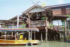 Lives on the river (MIYAZAKI HIROSHI & N73) Tags: bangkok chaophrayariver nikon35ti