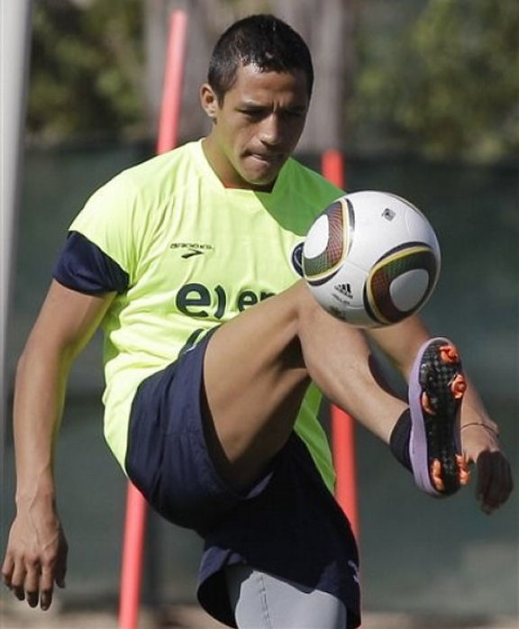 Muscular Thighs of Alexis Sanchez