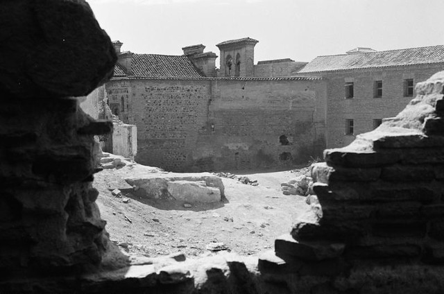 Un convento de Toledo visto tras unas ruinas en septiembre de 1962. Fotografía de Harry Weber. Österreichische Nationalbibliothek