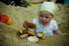 Spelen in't zand met de schelpen