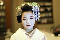 Portrait of maiko in May (Onihide) Tags: leica 50mm kyoto may m8 summilux fukushima wisteria ayano kanzashi gionkobu