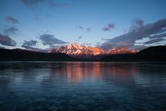 Amanecer en el Paine (SWL Foto) Tags: patagonia sunrise reflections dawn lagoon amanecer reflejo torresdelpaine laguna salidadelsol lagunaamarga nikond700