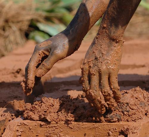 Kongo Hände im Lehm