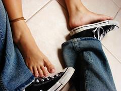 Nós (paula meyer) Tags: feet foot tenis pés pé allstar