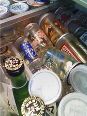 カップ酒でいっぱいの野菜室