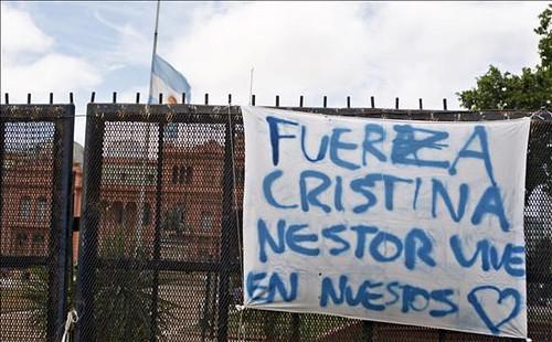 Miles de Personas Asistieron al Velatorio en La Casa Rosada (2)