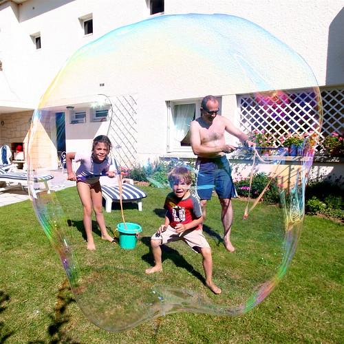 Victor, Alexis et Philippine dans une bulle géante
