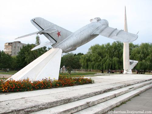 monument_airplane_okrestin