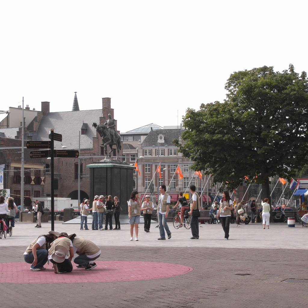 tourists at Binnenhof, Den Haag