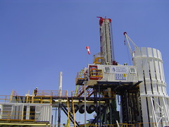 Semitrailered Rig lifted by the Stabilizer Ram System (onthecorner) Tags: gas shore rig oil hh petroleum onshore drillmec