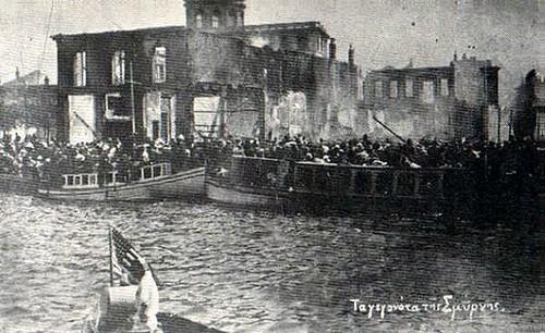Binalar yanarken teknelere binmeye çalışanlar