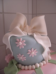 White bow detail (cakejournal) Tags: decorations cakes cake decoration funky sugar bow icing madhatter whimsical sugarpaste fondanticing fabricroses wonkystyle topsytruvy tiltedcake